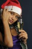 Champán de consumición de la mujer hermosa en la Navidad Imágenes de archivo libres de regalías