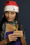 Champán de consumición de la mujer hermosa en la Navidad Fotografía de archivo