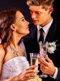 Champán de consumición de los pares de la boda Imagen de archivo