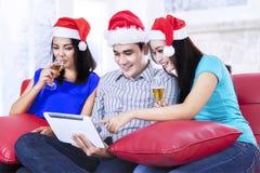 Champán de consumición del adolescente de Navidad Imagen de archivo