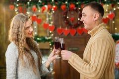 Champán de consumición del hombre y de la mujer el día del ` s de la tarjeta del día de San Valentín Fotos de archivo libres de regalías