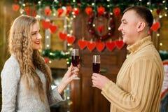 Champán de consumición del muchacho y de la muchacha el día del ` s de la tarjeta del día de San Valentín Fotografía de archivo libre de regalías