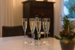 champán de consumición el noche del sylvester al día de Años Nuevos Imagen de archivo libre de regalías