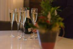 champán de consumición el noche del sylvester al día de Años Nuevos Fotografía de archivo