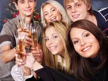 Champán de la bebida de la gente joven del grupo. Fotografía de archivo
