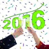 Champán de la tostada de las manos con el número 2016 Foto de archivo libre de regalías