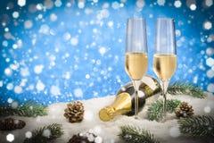 Champán de la tostada del Año Nuevo, fondo azul Imagen de archivo libre de regalías