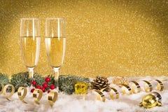 Champán de la tostada del Año Nuevo, fondo de oro Imagen de archivo libre de regalías