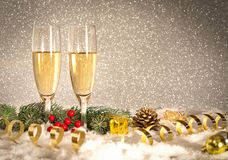 Champán de la tostada del Año Nuevo, fondo de plata Imagen de archivo libre de regalías