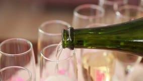 Champán de los vidrios en una bandeja en las manos de un camarero en el banquete de la boda almacen de video