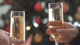 Champán Dos Glases con chispear Champagne Toasting sobre fondo del centelleo de Bokeh del día de fiesta metrajes