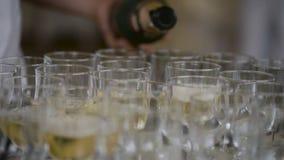 Champán en el banquete se derramó sobre las copas de vino, una cualidad familiar de eventos importantes Una bebida fría con almacen de video