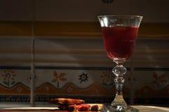 Champán en el ` s Eve del Año Nuevo Llamaradas de Fajerwerek Saludos del ` s del Año Nuevo Foto de archivo libre de regalías