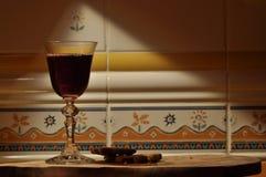 Champán en el ` s Eve del Año Nuevo Llamaradas de Fajerwerek Saludos del ` s del Año Nuevo Imagen de archivo libre de regalías