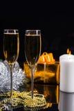 Champán en la tabla con las decoraciones festivas Fotos de archivo