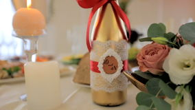 Champán en la tabla de la boda Fondo enmascarado almacen de video