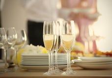 Champán en la tabla sirvió para el partido del abastecimiento de la comida fría Foto de archivo libre de regalías