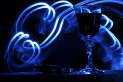 Champán en Nochevieja flamas Los saludos del Año Nuevo Felicidad y diversión Imagenes de archivo