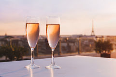 Champán en restaurante con la vista de la torre Eiffel en París Fotografía de archivo