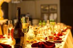 Champán en una tabla de cena formal Imagenes de archivo