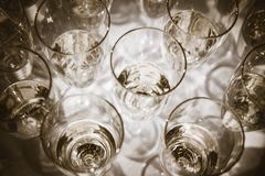 Champán en vidrios de flauta Fotografía de archivo