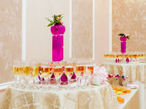 Champán en vidrios en las tablas de banquete Fotografía de archivo libre de regalías