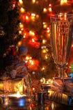 Champán en vidrios y la decoración de la Navidad Imagen de archivo libre de regalías