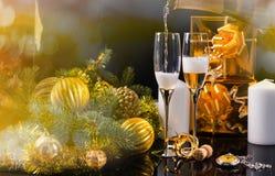 Champán festivo de colada en pares de vidrios Imagen de archivo