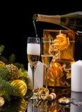 Champán festivo de colada en pares de vidrios Fotografía de archivo