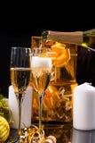 Champán festivo de colada en pares de vidrios Imágenes de archivo libres de regalías