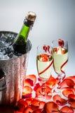 Champán frío y rosas rojas en el Año Nuevo Imagen de archivo libre de regalías
