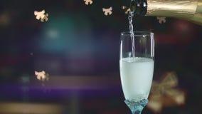 Champán que vierte en glasse Bokeh bajo la forma de arco ilumina agradable Atmósfera de la celebración almacen de metraje de vídeo