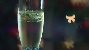 Champán que vierte en glasse Bokeh bajo la forma de arco ilumina agradable Atmósfera de la celebración almacen de video
