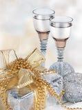 Champán, rectángulo de regalo, nieve, juguetes de la Navidad y abeto Fotos de archivo