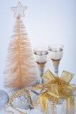 Champán, rectángulo de regalo, nieve, juguetes de la Navidad y abeto Imagenes de archivo