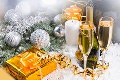 Champán, regalos y decoraciones de la Navidad Fotografía de archivo libre de regalías