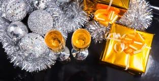 Champán, regalos y decoraciones de la plata en la tabla Fotos de archivo libres de regalías