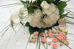 Champán, rosas y anillo Fotografía de archivo