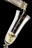 Champán se vierte en la copa de vino Foto de archivo libre de regalías