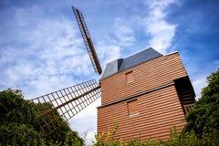 Champán Viñedo y molino de viento Champagne Region cerca de Vernezay Francia Foto de archivo libre de regalías