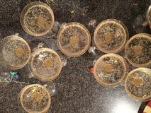 Champán, vidrios chispeantes de la sidra de Martinelli desde arriba en contador Concepto de la celebración del partido y del día  Imagen de archivo