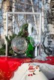 Champán, vidrios, reloj y las decoraciones del Año Nuevo Imágenes de archivo libres de regalías