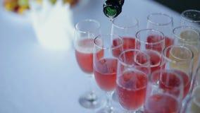 Champán vierte en los vidrios que se colocan en la tabla en un banquete metrajes