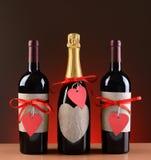 Champán y botellas de vino adornadas para la tarjeta del día de San Valentín Foto de archivo libre de regalías