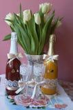 Champán y copas de vino para casarse la tabla Fotos de archivo libres de regalías