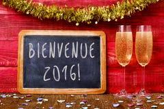 Champán y el texto Bienvenida 2016, dan la bienvenida a 2016 en francés Fotografía de archivo