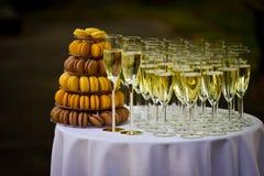 Champán y macarrones de la boda Foto de archivo libre de regalías