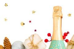 Champán y regalos Celebración del Año Nuevo Aislado en blanco Foto de archivo