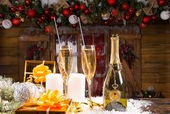 Champán y regalos delante de la cabina de la Navidad Foto de archivo