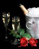 Champán y rosas rojas Imagen de archivo libre de regalías